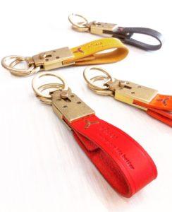 型代を極力抑える方法として、革の部分にオリジナルのブランドロゴやモチーフを素押し、焼印することも可能なキーホルダーになります