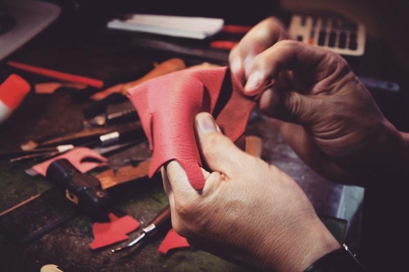 オリジナル金具製作やその他付属金具の手配、また縫製メーカーさまとの打ち合わせ、革屋さん、その他部材の仕入れに発生する手間や時間をメタルハウスに一任して革小物や金属小物