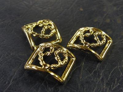 下は、ハートの模様で、両端に革を通して、指輪にするようです。    ハートの両サイドの部分に革を通して、革製の指輪になる予定です。