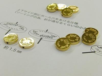 オリジナルデザイン、ロゴ入り、オーダーメイドひも留め金具の作成。  パリ在住のデザイナーの方より、アクセサリーに使用される特注のチャーム金具のオーダーを頂きました。