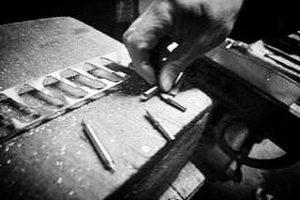 メタルハウスで作り出されるオリジナル金具やアクセサリー、革小物、金属小物は、全て熟練の職人と長年連れ添った大切な道具達から生み出されるオーダーメイドです。