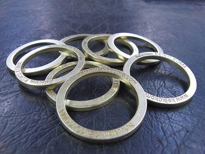 型をセットし、真鍮を材料にして、丁寧に一つずつ刻印し、抜いていきます。