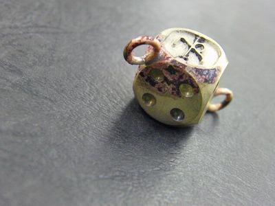 オリジナル・真鍮製・オーダーメイドウォレットチェーンのオーダー   世界的にブランドを展開なされていらっしゃる、Crimie さまから、次期の展示会用のオリジナルサンプルの依頼を頂きました。      真鍮製のサイコロにクライミー様ご希望のロゴを手彫りにて彫刻し、両サイドにリングをロー付け(純銀を使用した、強度のある溶接方法)した直後の表情です。      800cまで熱し溶接した結果、焦げ付いてしまっていますが、問題ありません!