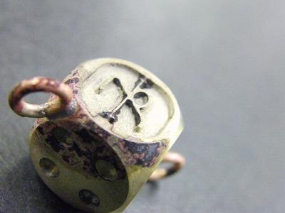 """リングとサイコロ本体とのグレーに見える部分が""""銀""""で溶接された部分です。"""