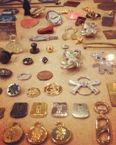 メタルハウスでは、ファッションブランド、アパレル、アクセサリーへのオーダーメイド金具の製作はもちろん、神社仏閣、お寺や神社オリジナルのお土産用チャームやキーホルダー、アクセリーパーツもオーダーメイドで作ります。