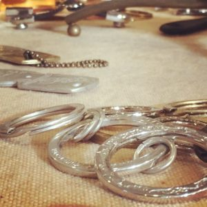 オリジナル金具やオーダーメイドの特注アクセサリーなど、はこうした多くの職人たちにより精魂込めて日々作り上げられています。