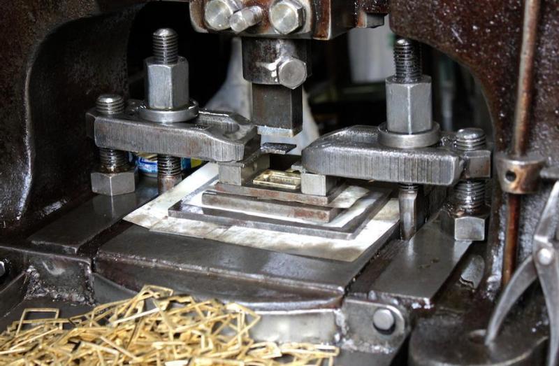その中でも主に、真ちゅう素材を中心に、鉄、アルミニウムの板材から、プレス機と金型を使用して、金属を打ち抜き、お客様のデザインやイメージを形にしていきます。