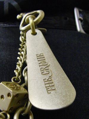 ベルトループに取り付け、ワンポイントのアクセサリーにしたり、靴べらとして使用する際にはフックをはずして使用する事ができる便利な商品です。