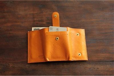 お札入れにもなっているので、お札を数枚入れておくと、財布を忘れてきたり、近くに出かける際にとても身の回りが手軽になります。また財、布を忘れたときにも一安心。      カードも数枚収納が可能。