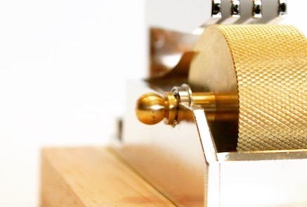 国産の金型から成形された上下のパーツ、真鍮製レッド材と呼ばれる表面に液体を吸着しやすく加工されたローラー、そして一度回りだすと無重力下の様に滑らかに回り続けるローラーを回転させるベアリング。 ・ 🔨 このコバ塗り機を使えば、裁断された革の端面処理を格段に、よりスピーディーに仕上げる事ができる様になります。