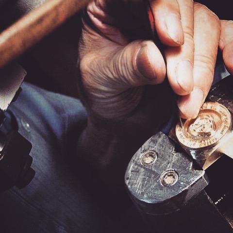 メタルハウスでは、お客様のご希望のデザインや、数量、納期、さまざまなご要望に応じて、オリジナル金具を製作する最良の製造方法や、素材を選んでいきます。