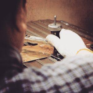 全国のお客様から、オリジナルのボタン、カシメ、ホックを作成したい、ジッパーやチャーム、ネームプレート、バックル、キーホルダー、靴べらなど、にオリジナルのロゴやモチーフを入れた金具を作成したいなど、オリジナル、特注金具作成に関してのお話も頂きます。