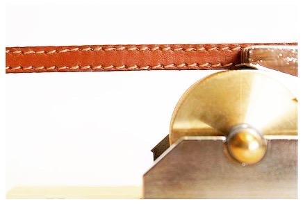 国産の金型から成形された上下のパーツ、真鍮製レッド材と呼ばれる表面に液体を吸着しやすく加工されたローラー、そして一度回りだすと無重力下の様に滑らかに回り続けるローラーを回転させるベアリング。 ・ 🔨 このコバ塗り機を使えば、裁断された革の端面処理を格段に、よりスピーディーに仕上げる事ができる様になりま
