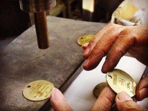 """真ちゅうが少し焼け焦げて見えるのは、金属を加工していくにあたり、柔らかくするために、""""なまし""""(真っ赤になるまで金属を柔らかくする方法) をして、表面に凹凸(おうとつ)を取り付けて馴染み安くしていきます。"""