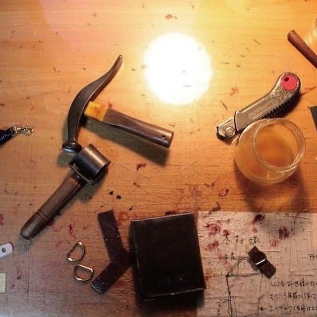 """メタルハウスでは、金具の技術と、信頼関係のある縫製の技術を、声の届く距離に位置づけて組み合わせる事で、オリジナルのロゴやモチーフを刻印した、特注の靴べらや、キーホルダー、金属小物、オリジナル金具を付属したアクセサリー、革小物やベルトなど、""""お客様のイメージしているアイデアやデザインをオーダーメイドの完成品まで自由に製作することができる""""ようになりました。"""