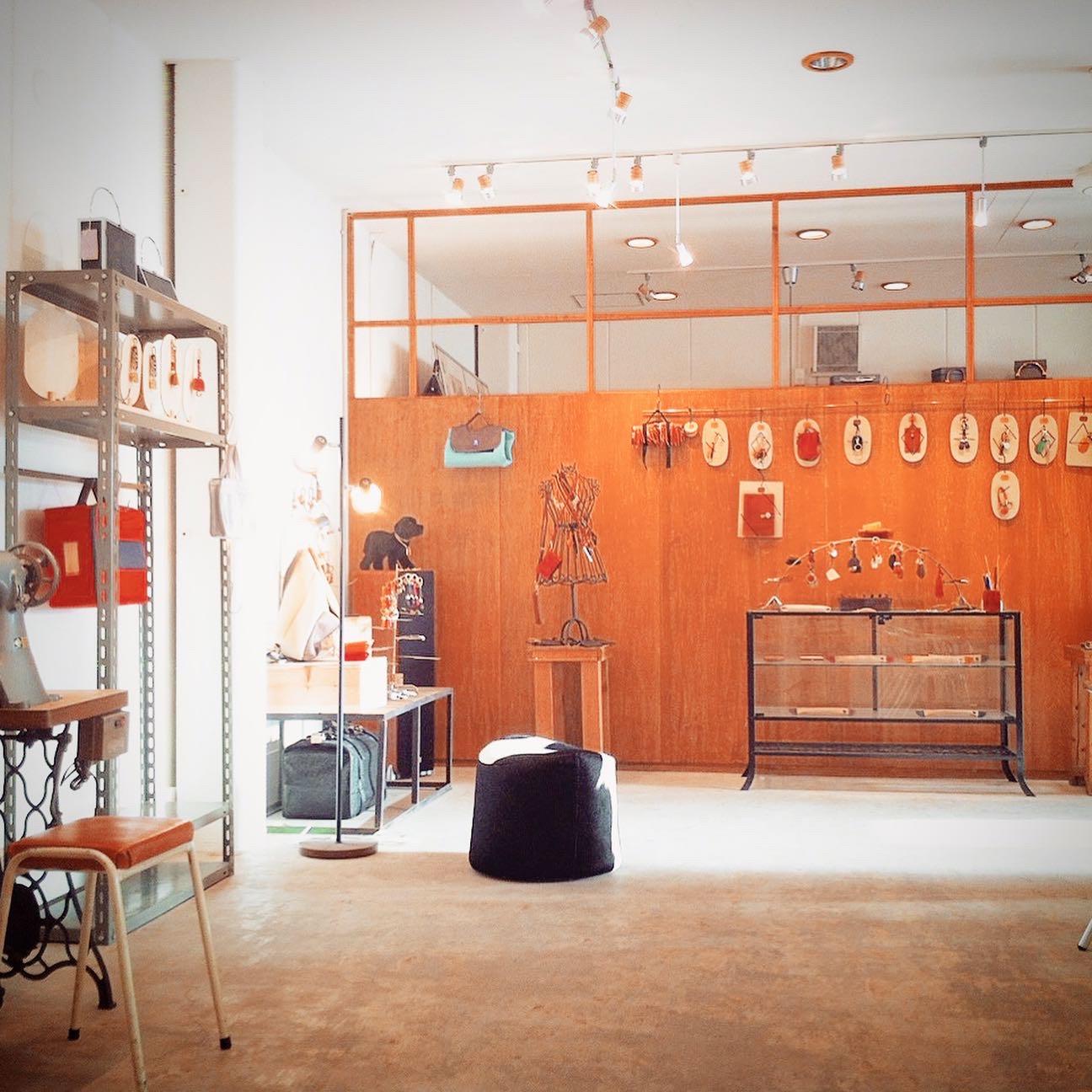 国内、海外から、オリジナルのボタン、カシメ、ホックを作成したい、ジッパーやチャーム、ネームプレート、バックル、キーホルダー、靴べらなど、にオリジナルのロゴやモチーフを入れた金具を作成したいなど、オリジナル、特注金具作成に関してのご相談を頂きます。