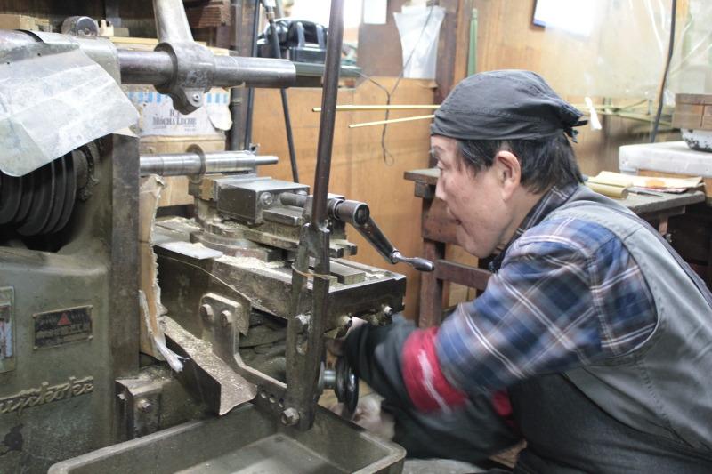 メタルハウスには、モノ作りを共に支える多くの職人達がいます。金属を切る職人、打ち抜く職人、曲げる職人、穴を開ける職人、原型を作る職人、鋳物の技術を持つ職人、メッキ職人、縫製職人、革なめし職人、 、、      オーダーメイドのモノ作りは、熟練の職人や技術、慣れ親しんだ機械や道具に支えられています。歴史を刻んだ職人や機械や道具。長年の経験と歴史を積み重ねてきたメタルハウスだからこそ作れる誰にも真似できないモノづくりがあります。