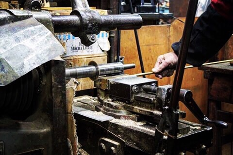サンプル作りや小ロットでのオリジナル金具の製作には欠かせない伝統ある製法。      時には、注文された金属のアール(カーブの角度)を作り上げるために、刃や原盤から作成していくこともあります、、、。