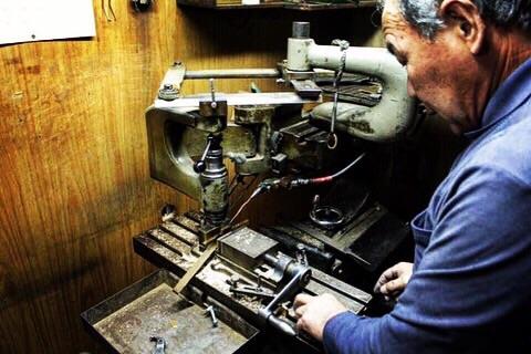 """""""挽き物職人""""金属を切断、彫刻、削り、穴あけ、ねじ切りに特化した技術。   挽き物とは金属を挽いて、金具を切り出したり、金属に溝を彫ったり、作ったりする技。真鍮の板材、丸材をメインの素材として扱い、デザインや図面に合わせて形を成形していく、1920年代から続く、古くからある日本の伝統技術。"""