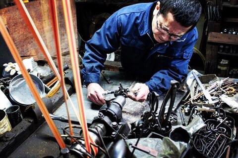 金属を正確に挽くことだけが技ではありません。金具の型そのものも職人の手から生み出されています。バッグ、財布、ベルト、自転車、楽器、、、、オリジナル金具はここから始まっていきます。50年以上前から使用している、旋盤(ネジを作成したり、丸い金属を加工する機会)です。先代から使用している機械なので、職人とおおよそ同じ年齢ですかね~。