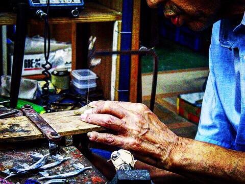 どんなに高度な要求にもいつも笑顔で答えてくれる半世紀近き付き合いのある職人さん。      職人の手作業にて原型(全てのオリジナル金具の元、種)を作成したり、金属から削り出しながら金具を成形して行ったり、鋳物の技術でアクセサリーを作ったり、オーダーメイドのデザインに合わして、巧みに技術をつなぎ合わしながら、お客様のイメージを形にします。