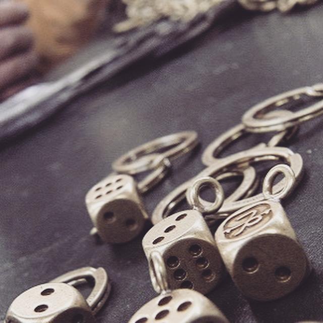 アンティークゴール仕上げのサイコロです。     真ちゅうの板の材料から手作りで一つずつ削りだして作成したブランドオリジナルの金具です。