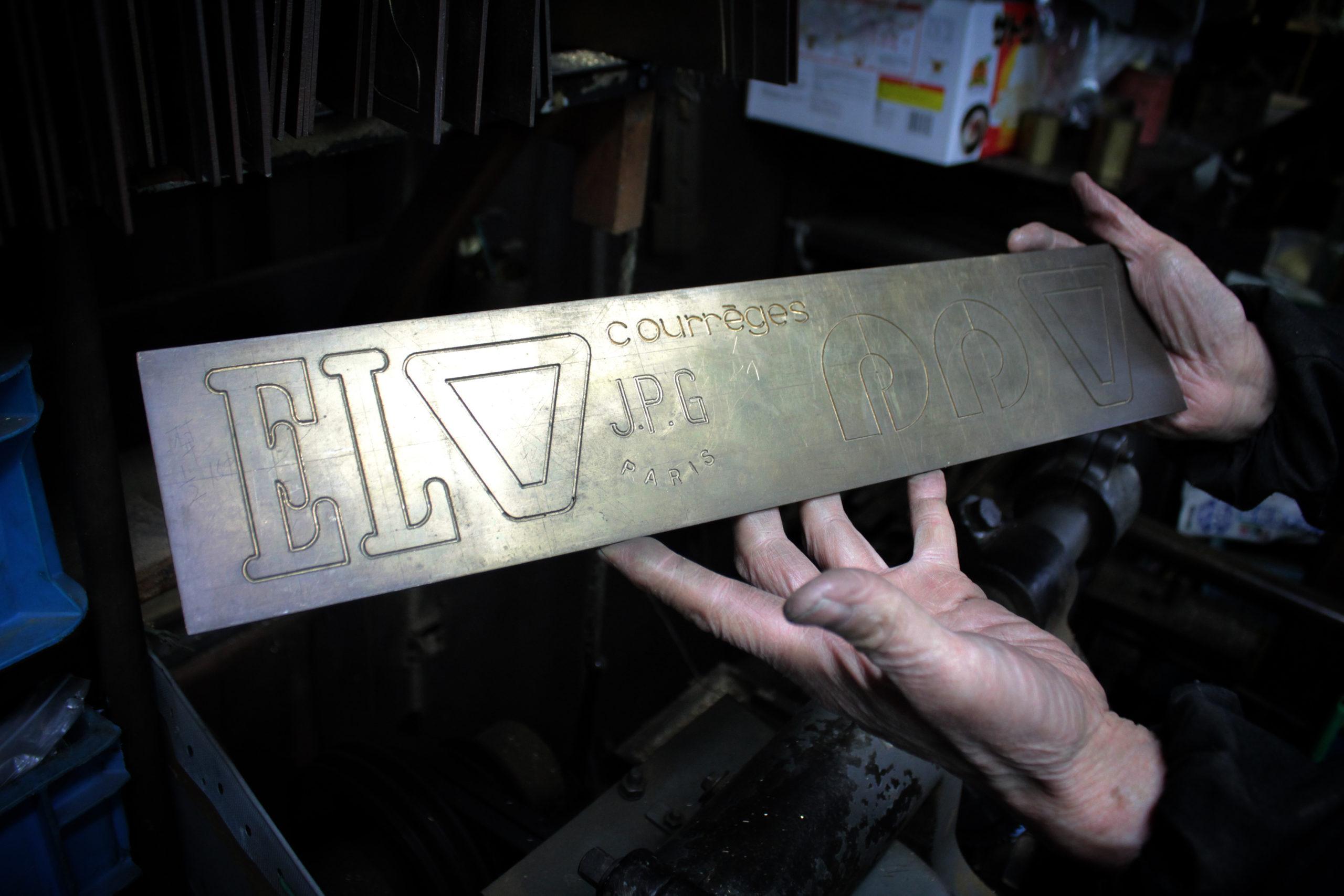 メタルハウスでは、お客様オリジナルブランドのロゴやデザインを刻印する技術と機械、そして、それを巧みに操れる、熟練の職人がいます。