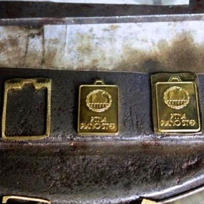 メタルハウスのプレス技術は数十トンもあるプレス機をもちいて、模様のついた型を金属に押し付けることで、金属の表面に様々な刻印、模様をほどこす技術のことです。