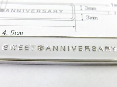 文字と文字との間にある、スワロフスキー製ラインストーン