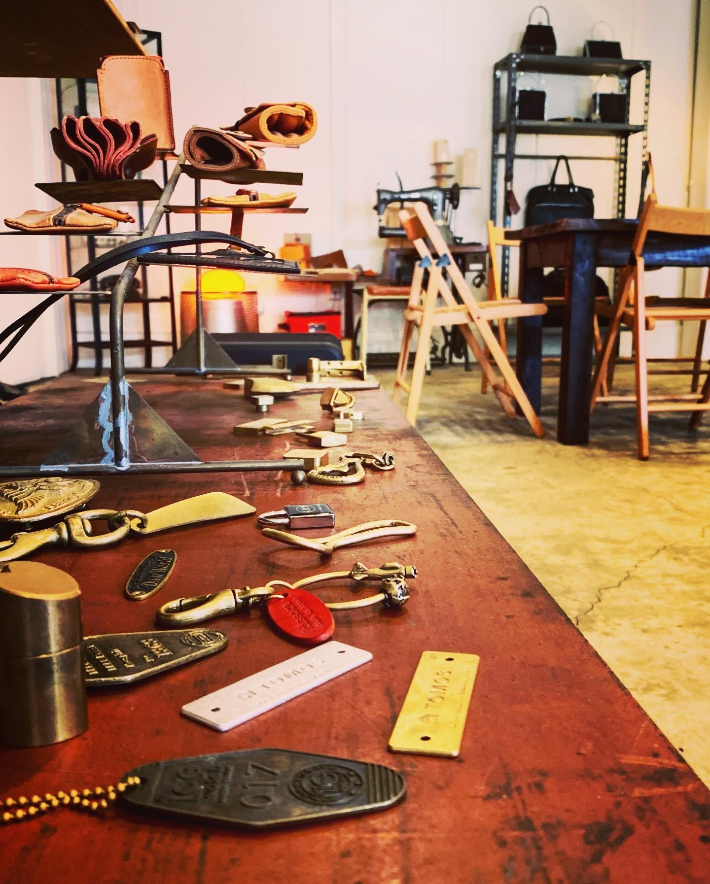 メタルハウスでは、オリジナル金具の製作はもちろんの事、キーホルダーに革を取り付けたり、靴べらキーホルダー、革製のオリジナル小物の生産も可能になりました。記念品、お祝い、販促品、贈呈品、ノベルティー、カタログなどでは作れない、世界でただひとつの究極のオリジナルグッズを僕らと一緒に作りましょう。