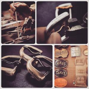 客様オリジナルのブーツや革靴に使用させる、真鍮製のロゴ入りローラーバックルのオーダー。ブランドロゴ、ロットなどを考慮して、プレスで型抜きし、同じく真鍮製のピン、ローラを取り付けて完成。使うたびに味わいを増す、真鍮本来の色味、経年変化を楽しめる、真鍮生地磨き仕上げ。