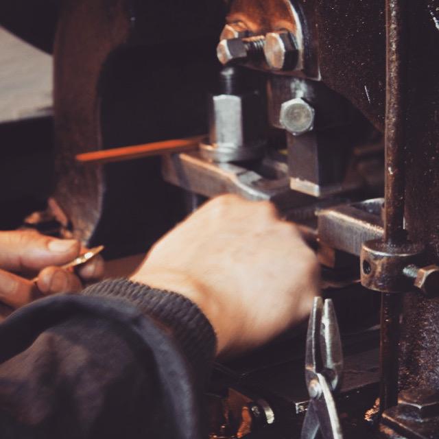 """メタルハウスでは、""""オリジナル金具の製作""""に合わせて、チェーンやフック、付属金具を含めた""""金属小物の組み立て""""や皮革製品の""""縫製作業""""、オーダーメイドの""""完成品の製作""""、""""特注の記念品や贈呈品、プレゼント""""まで、モノ作りのトータルコーディネートにて、お客さまの""""アイデアやイメージを形にするお手伝いを始めました。"""""""