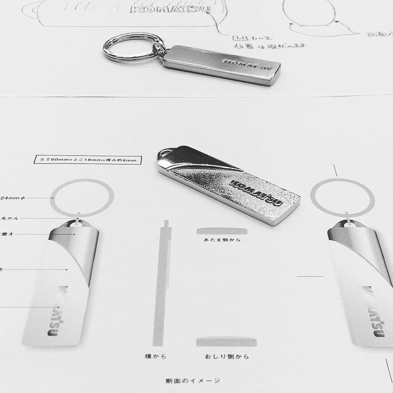 お客様ブランドオリジナルロゴを刻印した本体に、ボールチェーンやナスカン、ダブルリングなどを取り付けて、オーダーメイドのキーホルダーを製作させて頂きました世界的な機械メーカーさまの社名を刻印した、世界で1つだけの、オーダーメイドのキーホルダーになります。