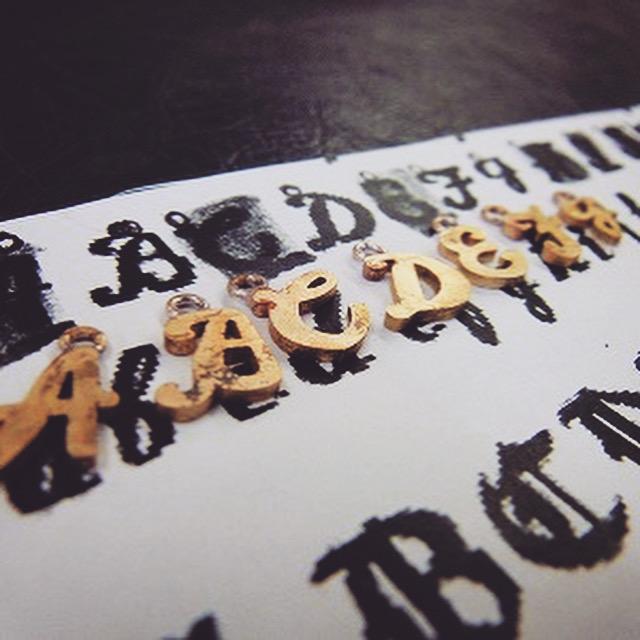 アルファベットチャーム、メタルアクセサリーのオーダーメイド、手作り、特注製作風景