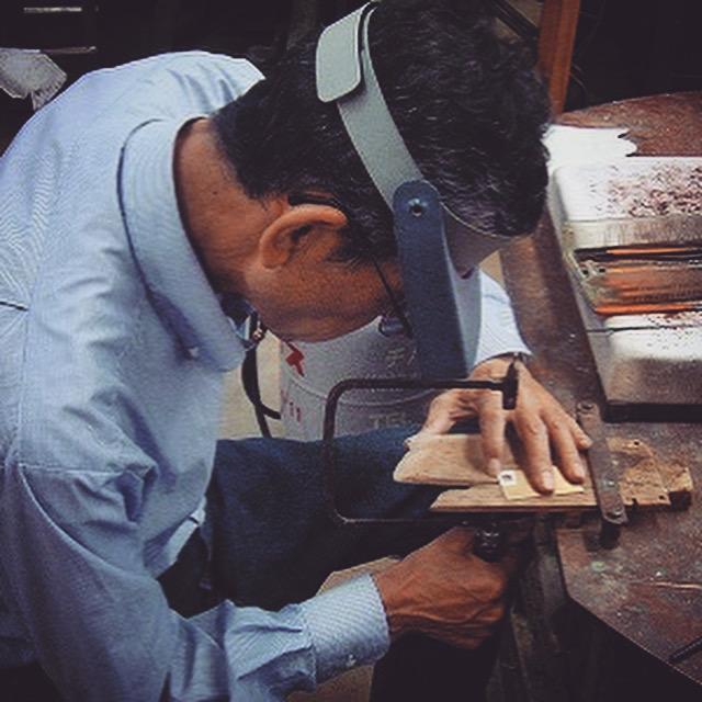 一つ一つにリングと、小さなチャームが付いているので、お客様のお名前によって、その場でイニシャル等をお取り付けし、オリジナリティー溢れる商品、オンリーワンの商品にすることが可能になります。