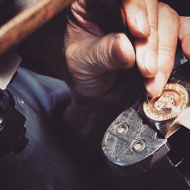 挽き物とは金属を挽いて、金具を切り出したり、金属に溝を彫ったり、作ったりする技。真鍮の板材、丸材をメインの素材として扱い、デザインや図面に合わせて形を成形していく、1920年代から続く、古くからある日本の伝統技術。