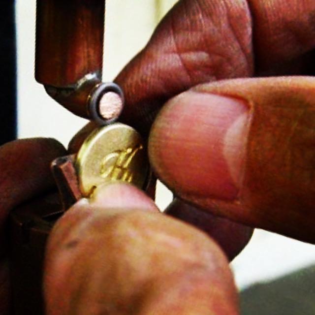 次は、カオンさまオリジナルチャーム金具になるように、同じ型で作成した、生地の上部に、手作業にてリングを電気溶接にて仮止めしていきます。