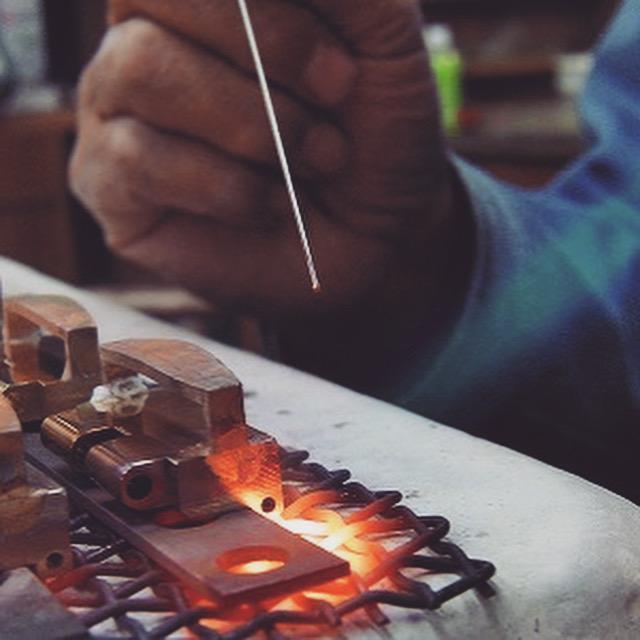 """職人達から生まれてくる感性をみごとに形にしてくれる機械や道具たち。下町の工場には様々なモノ作りを共に支える多くの""""名人=職人達がいます。"""