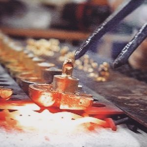 オリジナル金具を使用して、アクセサリーや靴べら、キーホルダーやベルトなどの革小物や金属小物、またブランドのオリジナルのプロダクトをオーダーメイド にて製作するお手伝いも致します。