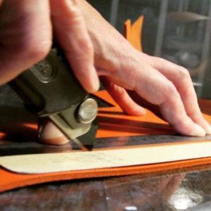 """金具の技術と、信頼関係のある縫製の技術を、声の届く距離に位置づけて組み合わせる事で、オリジナルのロゴやモチーフを刻印した、特注の靴べらや、キーホルダー、金属小物、オリジナル金具を付属したアクセサリー、革小物やベルトなど、""""お客様のイメージしているアイデアやデザインをオーダーメイドの完成品まで自由に製作することができる""""ようになりました。"""