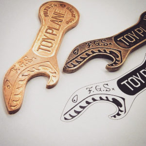 ブランドロゴを彫刻した、オーダーメイドの焼印、素押し金具。よく見ると分かりますが、スタンプと同じく文字を逆さまに彫刻しています。