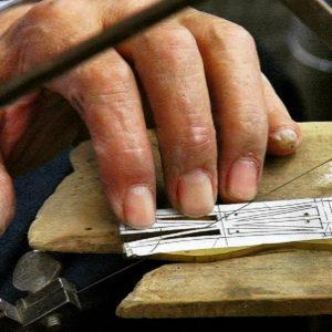 まずは外側と、内側のパーツを手作業で切り抜いたり、貼り付けたりし、パーツを取り揃えていきます。