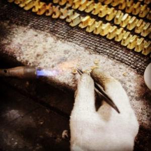 メタルハウスでは、初期コストの軽減、ロットの軽減とお客様にとって、オリジナル金具を作る、金型を作成することの負担が軽くなることを第一に考えモノ作りを行っています。