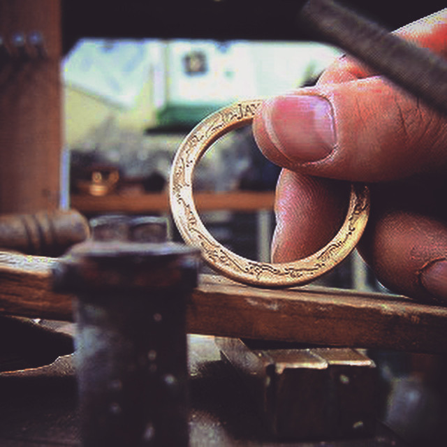 お客様が理想とするオリジナルブランドのキーホルダーやアクセサリーを作り上げる為に、プレス、鋳物、削り出し、腐食、、様々な製法を使いこなします。また、真ちゅう、鉄、銀、亜鉛、アルミニウム、ステンレス、様々な素材も取り扱うことが可能です。