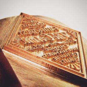 よく見て頂けるとお分かりかと思いますが、文字は革に押した時に全て正文字になる様に、素押しの金具にはハンコウと同じく全て逆文字にて彫刻されています。