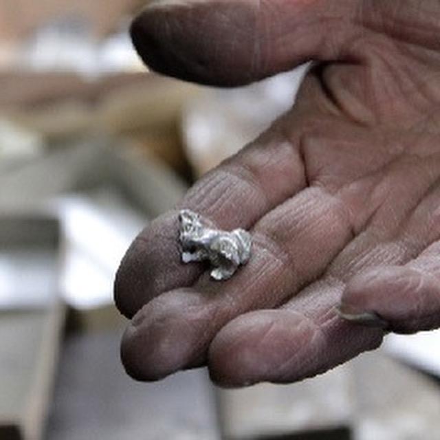 鋳物とは、溶かした金属を型に流し込んで作る金属の立体物のこと。アクセサリーやベルトなどに使う金属の部品から、動植物・人形・乗り物・建物・アルファベットなど、いろんなモノをかたどった金具を作り出す事ができます。