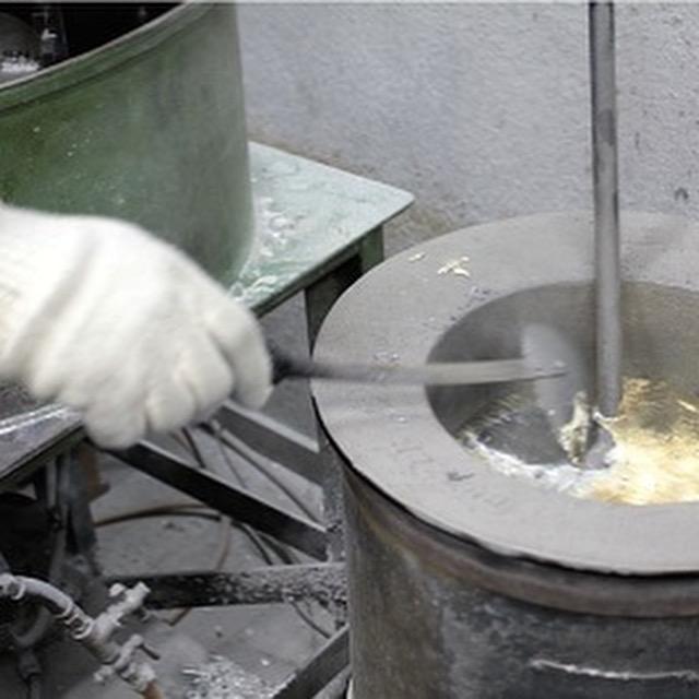 ここからは、鋳物を仕上げる工程。 職人が作った原型=立体造形=を型取りして作った、ラバーキャストという円盤状のゴム型が機械にセットされていきます。 このラバーキャストを回転させて、遠心力を加えることで、細かな形状の鋳造が可能になります。 職人のまわりには、職人技を可能にするいろんな道具や機械が揃っています。