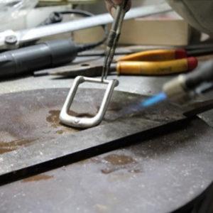 鋳造の機械にラバーキャストをセットしたら、溶かした亜鉛などの金属を流し込みます。亜鉛が解け始める時の温度は200℃。機械に流し込む時の温度は300℃。 危険が伴う作業が慎重に進められていきます。