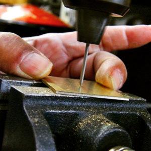"""だんだんと、キーホルダーの形が見えてきているのが分かりますか? 糸ノコギリというまさに、""""糸""""のようなノコギリで、形を作り出していきます。"""