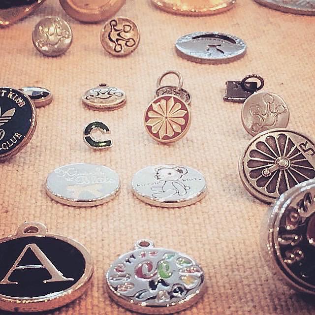 メタルハウスでは、お客様オリジナルブランド用に、アクセサリーパーツ、メタルパーツを始め、ロゴ入りのボタンやホック、カシメが、チャーム、メタルタグ 、ネームプレート、スタッズ、ボタンなどオリジナルの金具を特注で作れます。お気軽にご相談してください。